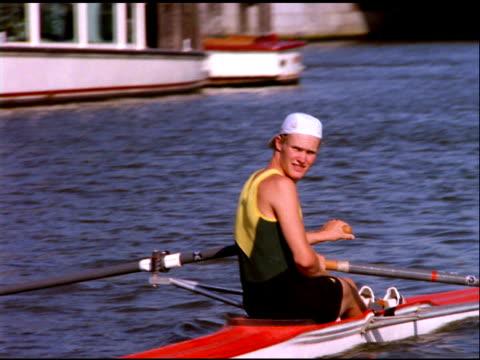 vídeos y material grabado en eventos de stock de man rows canoe along canal, amsterdam - remo con espadilla