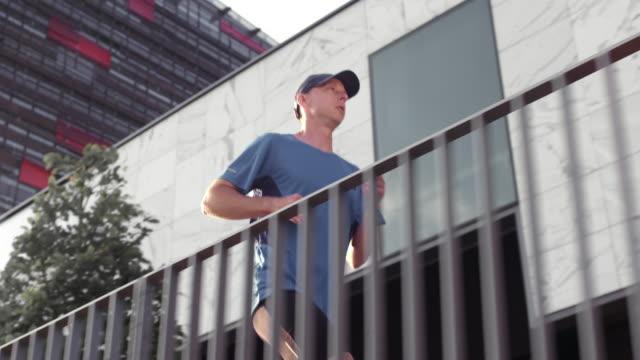 SLO MO TS Man loopt langs een zakelijke gebouw