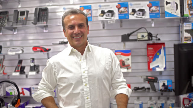 vídeos de stock, filmes e b-roll de homem, executando uma loja de eletrônicos - loja de produtos eletrônicos