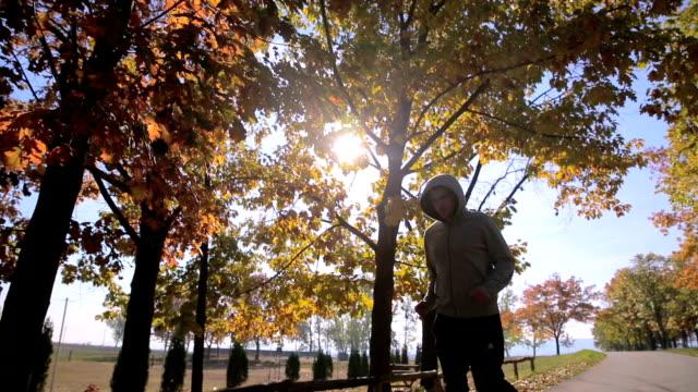 Mann läuft im Herbst bei Sonnenaufgang