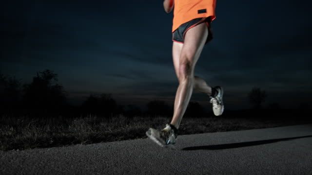 slo mo tu ランナーの夜景 - ランニングショートパンツ点の映像素材/bロール