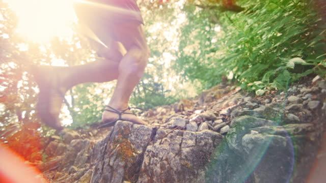 vídeos de stock, filmes e b-roll de homem do mo de slo que funciona descalço na fuga da floresta - enviesado
