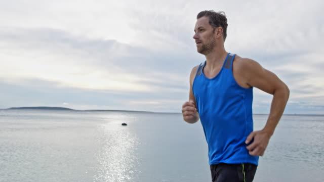 海沿い走っている ts 男 - ツレス点の映像素材/bロール