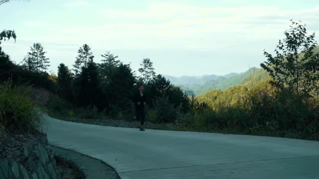 vidéos et rushes de man running in mountains - seulement des jeunes hommes