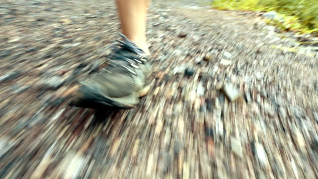 stockvideo's en b-roll-footage met man running in mountains - grind