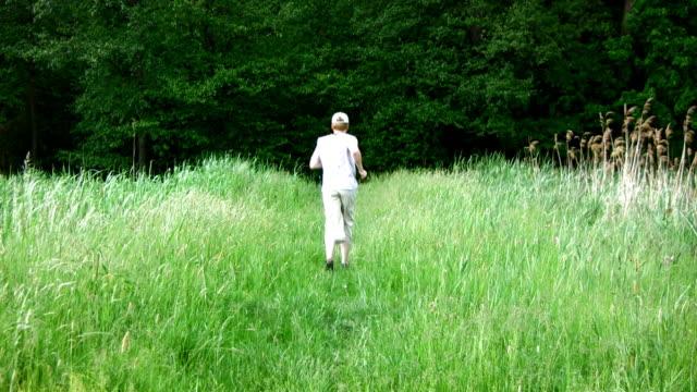 mann läuft in der wiese - männlicher teenager allein stock-videos und b-roll-filmmaterial