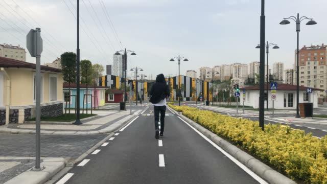 通りの真ん中を走っている男背景ショット。個人の成功と名声の抽象的な概念 - 中東点の映像素材/bロール