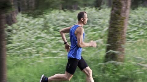 vídeos y material grabado en eventos de stock de hombre corriendo de san luis obispo missouri ds en el camino del bosque - correr