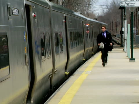 ms, man running on railroad station platform along moving train, chappaqua, new york state, usa - öffentliches verkehrsmittel stock-videos und b-roll-filmmaterial