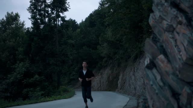 vidéos et rushes de man running on road - seulement des jeunes hommes