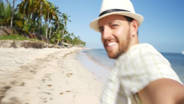 stockvideo's en b-roll-footage met man loopt op het strand pov - alleen één man