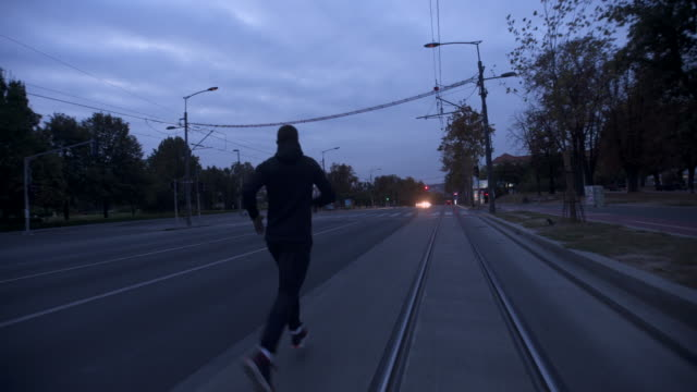 stockvideo's en b-roll-footage met man loopt op de weg - cardiovasculaire training