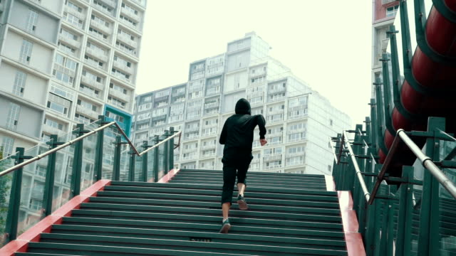 stockvideo's en b-roll-footage met man running up staircase - trappen