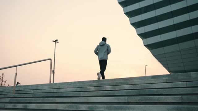 朝階段を駆け上がる男 - 筋肉質点の映像素材/bロール