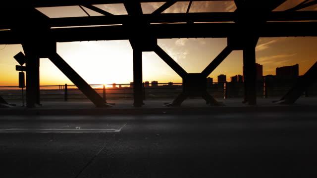 stockvideo's en b-roll-footage met man runs across bridge - joggen