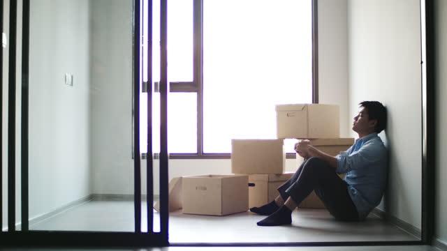 stockvideo's en b-roll-footage met man verdrietig kreeg ontslagen gevoel gestrest op het werk - chronische ziekte