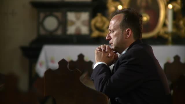 hd dolly: mann sagen, einem gebet in der kirche - wirbelsäule mensch stock-videos und b-roll-filmmaterial