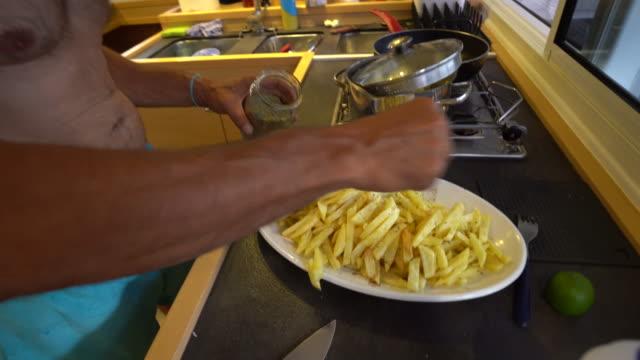 船のキッチンでフライド ポテトの男の季節プレート - 中年の男性だけ点の映像素材/bロール