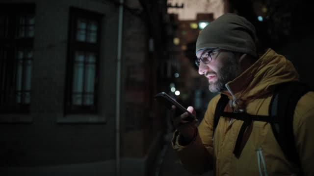 vídeos de stock, filmes e b-roll de envio de mensagem de voz de homem - voz