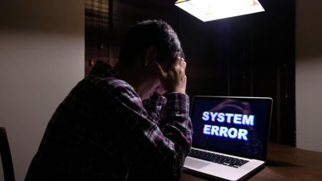 vídeos de stock, filmes e b-roll de homem sério com erro de sistema do computador - vírus de computador