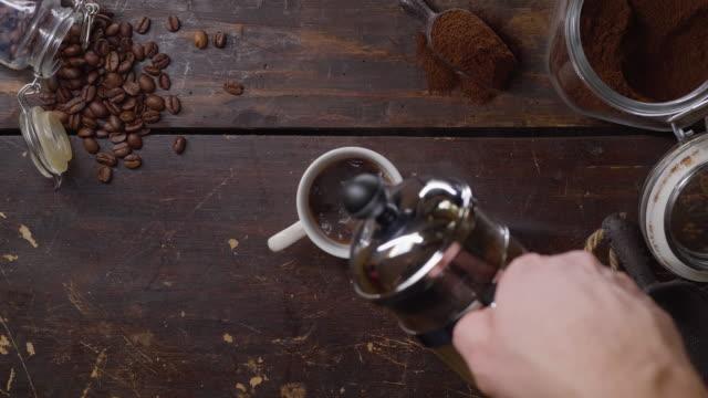 vídeos y material grabado en eventos de stock de hombre sirviendo café de una prensa francesa - table top view