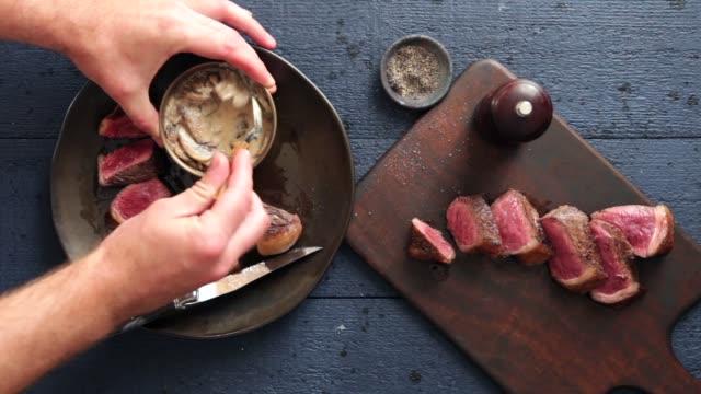 vídeos de stock, filmes e b-roll de bife do serviço do homem com molho cremoso do cogumelo - bbq sauce