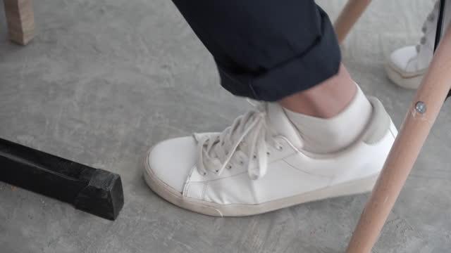 vídeos de stock, filmes e b-roll de homem balançando a perna enquanto estava sentado. - sacudindo