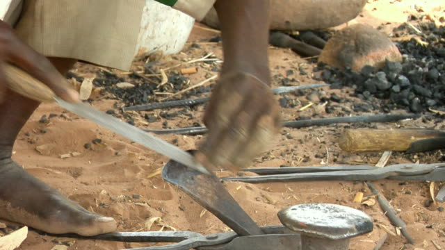 vídeos de stock, filmes e b-roll de cu, zi, man sharpening farming ax, niamey, niger - afiado