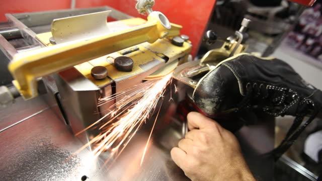 vídeos de stock, filmes e b-roll de cu of man sharpening old skate blade - afiado