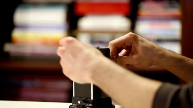 vídeos y material grabado en eventos de stock de hombre afilando el lápiz con el sacapuntas de lápiz de estilo antiguo - sacapuntas