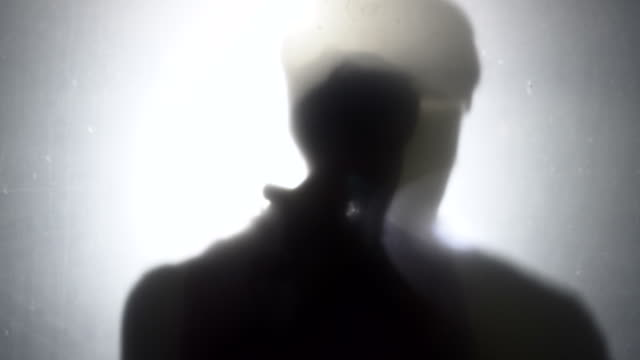 vídeos y material grabado en eventos de stock de hombre alumbrando con una linterna - escapar