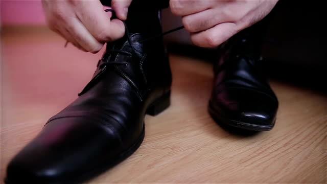 vídeos de stock, filmes e b-roll de sapatos de homem, de fotos dolly - sapato