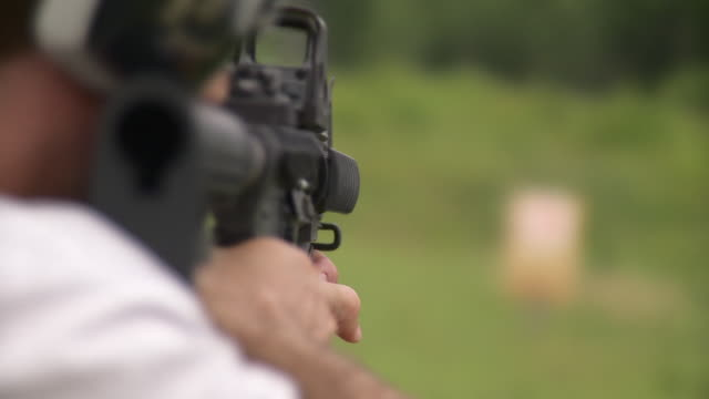 vidéos et rushes de cu r/f man shooting at target with m4 rifle, stowe, vermont, usa - cible