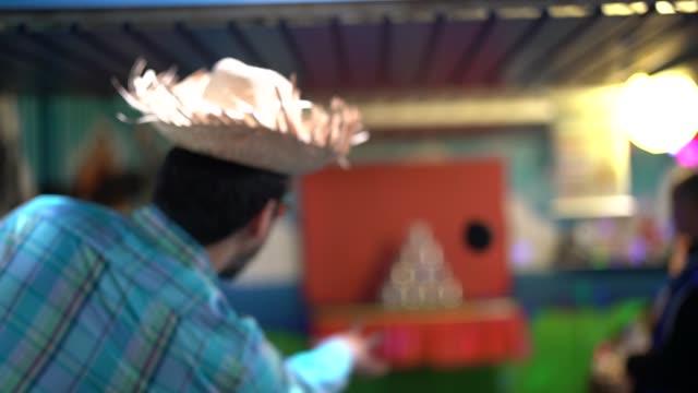 伝統的なブラジルのジュニーナ パーティーでボール ゲームで男撮影缶 - 六月点の映像素材/bロール