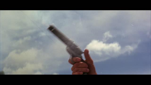 vidéos et rushes de cu man shooting handgun against sky - arme à feu