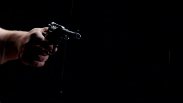 vídeos de stock e filmes b-roll de homem de tiro no chuva - revólver