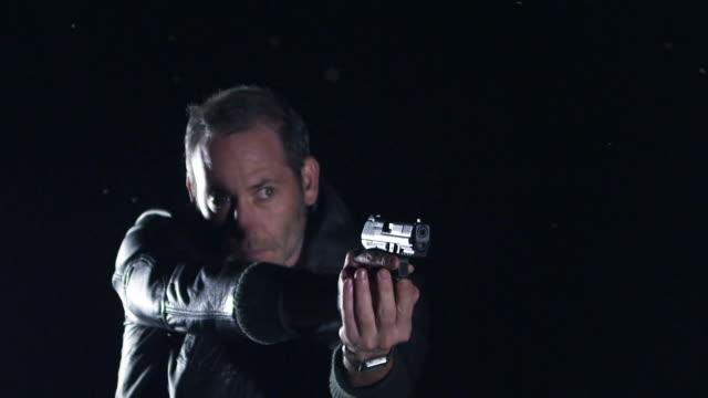 stockvideo's en b-roll-footage met man shooting with gun incl. sound - moord