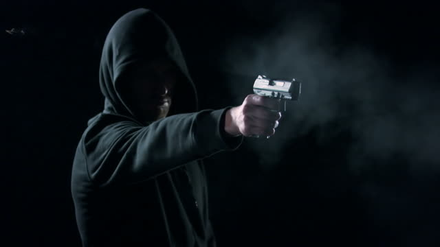 stockvideo's en b-roll-footage met man shooting with gun - criminaliteit