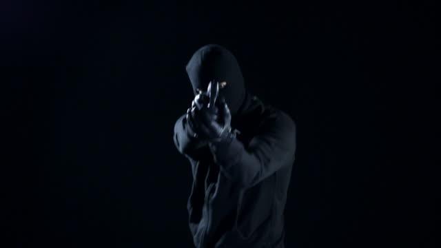 男性にガン射撃 - チンピラ点の映像素材/bロール