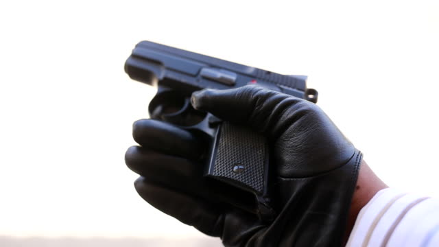 Man schieten met pistool