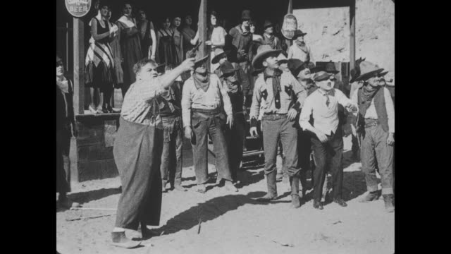 vídeos y material grabado en eventos de stock de 1918 man (fatty arbuckle) shoots and kills three native american indians who try to shoot him with arrows - vaqueros