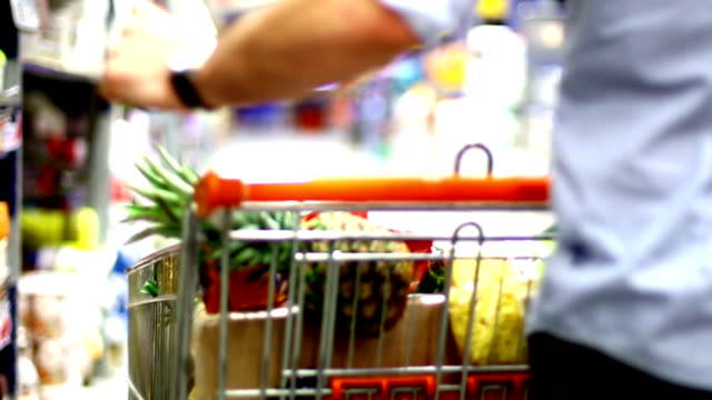 stockvideo's en b-roll-footage met man shopping in supermarket. - vol fysieke beschrijving