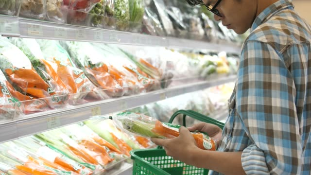 スーパー マーケットでのショッピングの男 - 買う点の映像素材/bロール