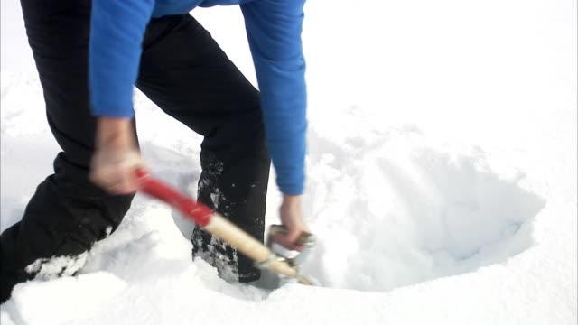 vídeos de stock e filmes b-roll de a man shovel snow sweden. - pá para neve