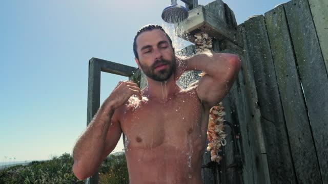 vídeos y material grabado en eventos de stock de man showering - barba de tres días