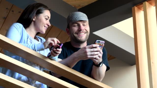 Man weergegeven: collega app op zijn smartphone