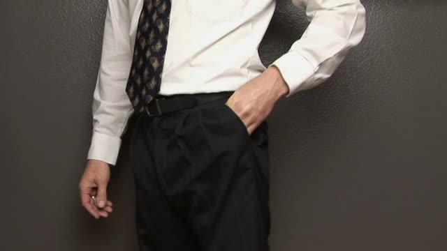 stockvideo's en b-roll-footage met ms, man showing empty pocket, mid section - zak persoonlijk accessoire