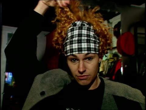 vidéos et rushes de man showing grunge inspired 'no top hat' style - rock moderne