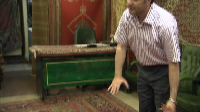 cu tu td man showing persian carpet, iran - ラグ点の映像素材/bロール
