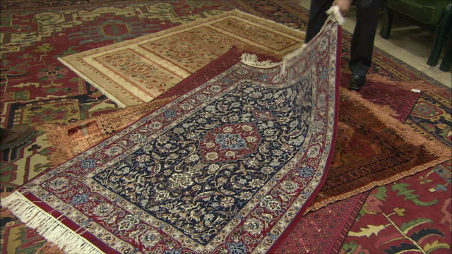 ms tu td man showing persian carpets, iran - カーペット点の映像素材/bロール